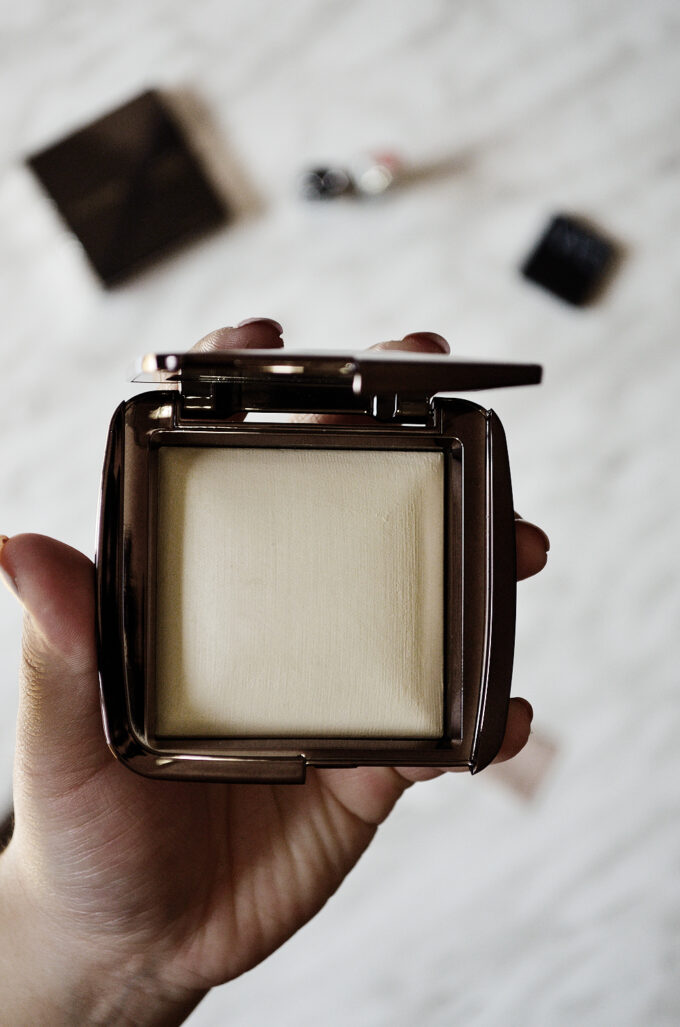 Hourglass Ambient Lighting Powder in Dim Light | Review.